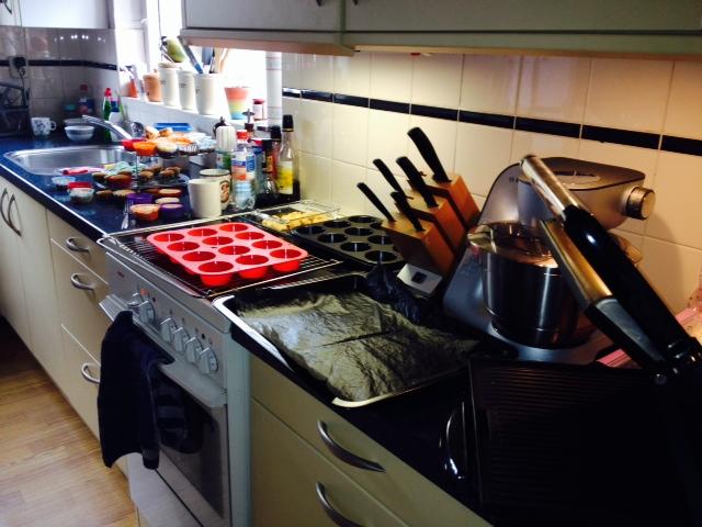 Mijn keuken vanmorgen na het bakken van koekjes en een heleboel cupcakes.